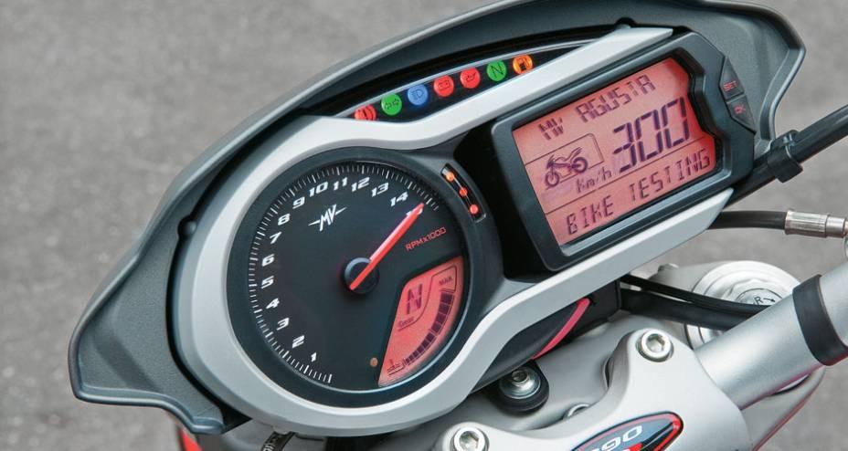 Conta-giros digital e LCD completo, com computador de bordo e checagens.