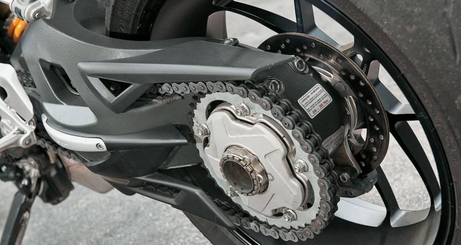 Monobraço e porca rápida facilitam a troca e a visualização da roda.