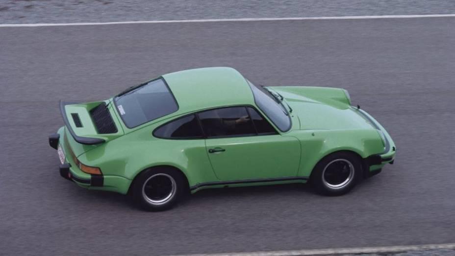 TURBO- Em 1975 o 911 Turbo superou o alto consumo e a demora nas respostas do acelerador desse equipamento com 0 a 100 km/h em 6,2 segundos, num seis-cilindros de 3.0 litros e 260 cv. O turbo virou uma febre.