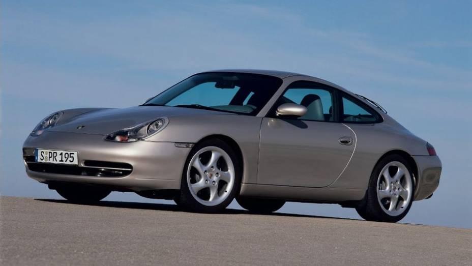BOXER A ÁGUA - Em 1998, a 5ª geração do 911 trouxe a mais radical atualização da história do modelo - e o fim da refrigeração a ar. O 6 cilindros de 3,4 litros entregava 300cv - números que subiram para 3,6 litros e 320cv em 2002