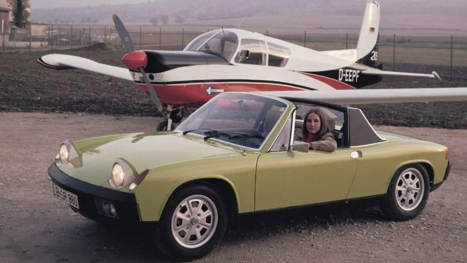 FARÓIS ESCAMOTEÁVEIS - Até o 914 de 1970, todos os Porsche tinham faróis circulares e ressaltados. Os dele até eram circulares, mas escamoteáveis por trás de uma cobertura retangular de base arredondada. Era vendido pela VW na Europa.