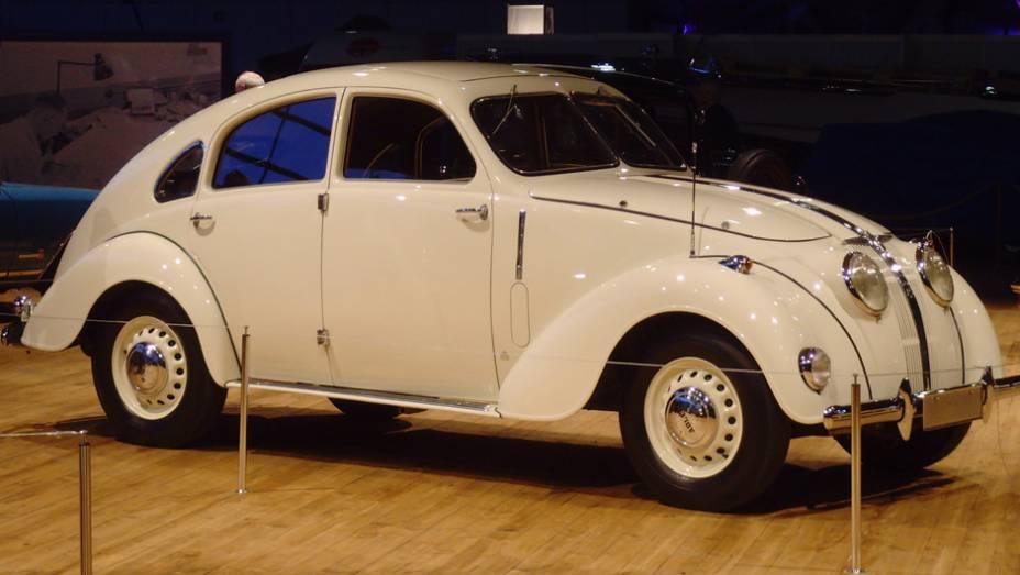 Adler 2.5 Liter (1937) - Com seu estilo streamline inspirado no Tatra T77 e no Chrysler Airflow, já tinha suspensão independente nas quatro rodas. Por chegar a 125 km/h, foi apelidado de Autobahn-Adler.
