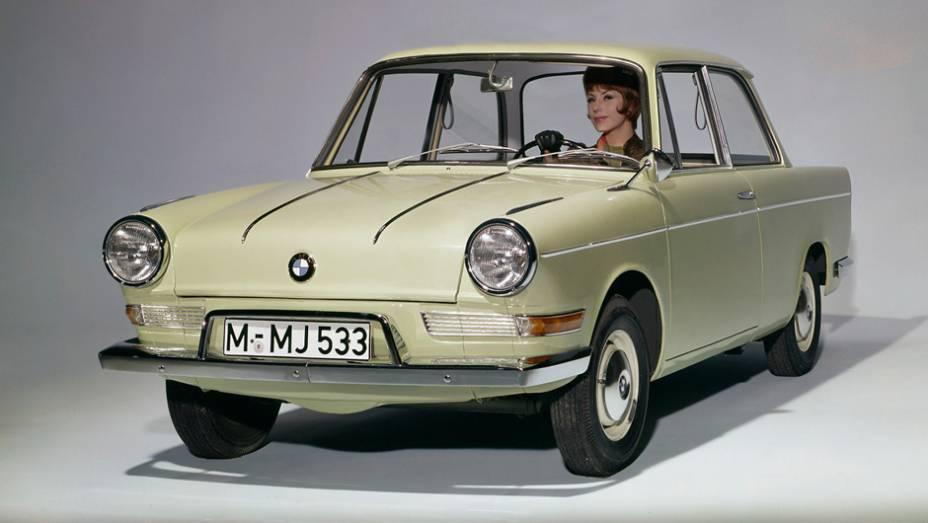 BMW 700 (1959) - Motor traseiro de moto, boxer de dois cilindros, num compacto sem grade bipartida. Podia ter sido um Volkswagen, mas foi o carro que ajudou a BMW a sair a crise no limiar dos anos 60.