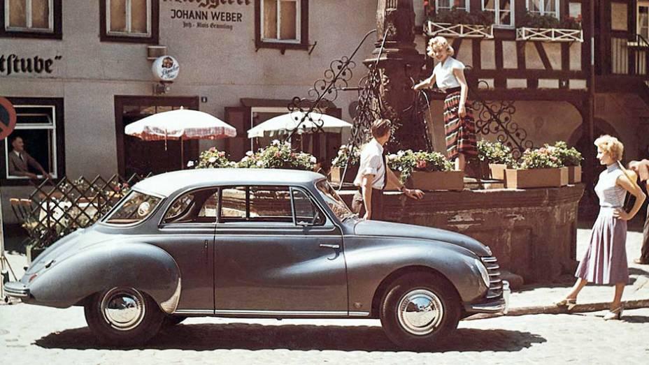 """DKW 3=6 (1953) - Motor dois tempos de três cilindros, fumaça azulada, câmbio com engates em H invertido. E portas suicidas que no Brasil lhe renderam o apelido """"Dexavê"""" (pensando nas moças de saia)."""