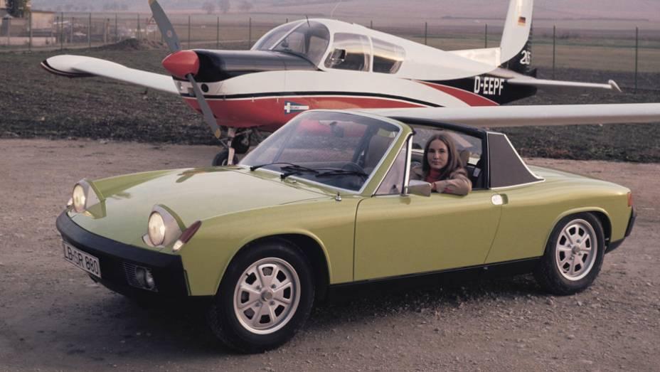 Porsche 914 (1969) - Três volumes, motor central, faróis escamoteáveis. Mais que destoar de todos os Porsche já feitos, ele se destacou de tudo que se fazia no mundo em termos de esportivos.