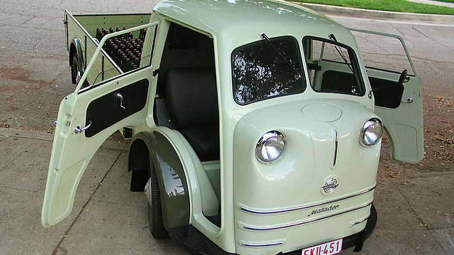 Tempo Matador (1949) - Anterior à Kombi, mas inicialmente com mecânica VW, tinha motor instalado sob o assento basculante. O ressalto dianteiro onde ficavam os faróis era o tanque de combustível.