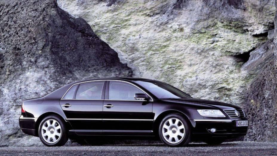 Volkswagen Phaeton (2002) - Tudo que um sedã alemão de alto padrão deve ser, incluindo um motor W12 e plataforma compartilhada com o Bentley Continental, num Volkswagen (carro do povo, em alemão).