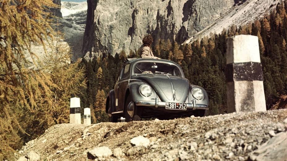 Volkswagen Sedan (1938) - Popular sim, muito, mas sempre longe de ser corriqueiro. Motor boxer traseiro a ar, suspensão independente nas quatro rodas e o design carismático fizeram do Fusca um mito.