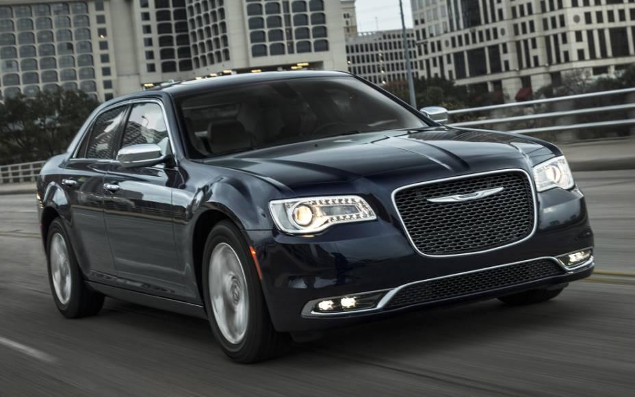 """<strong>Chrysler 300C</strong> – Conhecido por seu estilo imponente, o sedã<a href=""""http://quatrorodas.abril.com.br/materia/chrysler-300c-897161/  """" rel=""""o 300C chegou ao Brasil"""" target=""""_blank"""">chegou ao Brasil</a> com design retocado para 2015. A versão única é equipada com motor V6 3.6 de 296 cv de potência."""