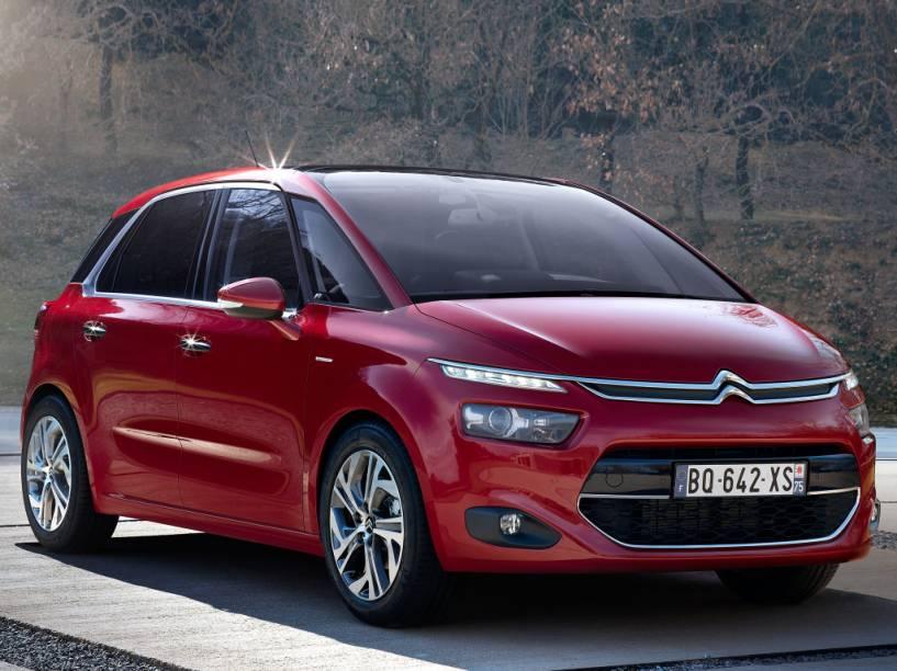 """<strong>Citroën C4 Picasso/Grand C4 Picasso</strong> – As minivans<a href=""""http://quatrorodas.abril.com.br/materia/nova-citroen-c4-picasso-chega-r-110-990-912460/"""" rel=""""estrearam suas novas gerações no Brasil"""" target=""""_blank"""">estrearam suas novas gerações no Brasil</a> em 2015. Com estilo futurista, recheadas de tecnologia e motor 1.6 turbo de 165 cv, ficaram mais caras."""