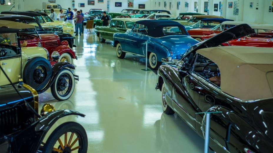 Dos antigos Ford Modelo A até os gigantescos sedãs dos anos 50 e 60, não faltam exemplares de colecionador