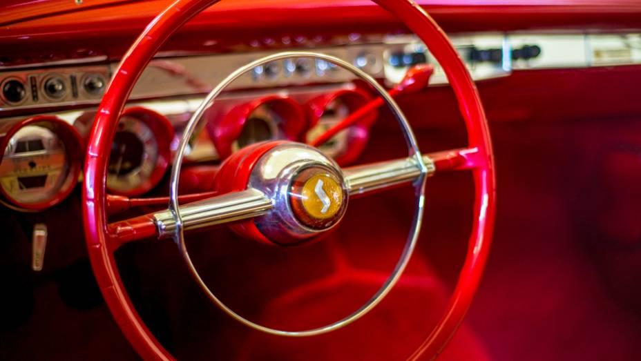 Como em muitos veículos clássicos, o aro cromado acionava a buzina