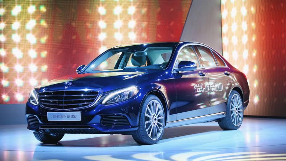 "Mercedes-Benz C350 Plug-in Hybrid | <a href=""http://quatrorodas.abril.com.br/noticias/saloes/detroit-2015/mercedes-mostra-c350-plug-in-hybrid-824600.shtml"" rel=""migration"">Leia mais</a> | <a href=""http://quatrorodas.abril.com.br/galerias/saloes/detroit-2015/direto-detroit-p"" rel=""migration""></a>"