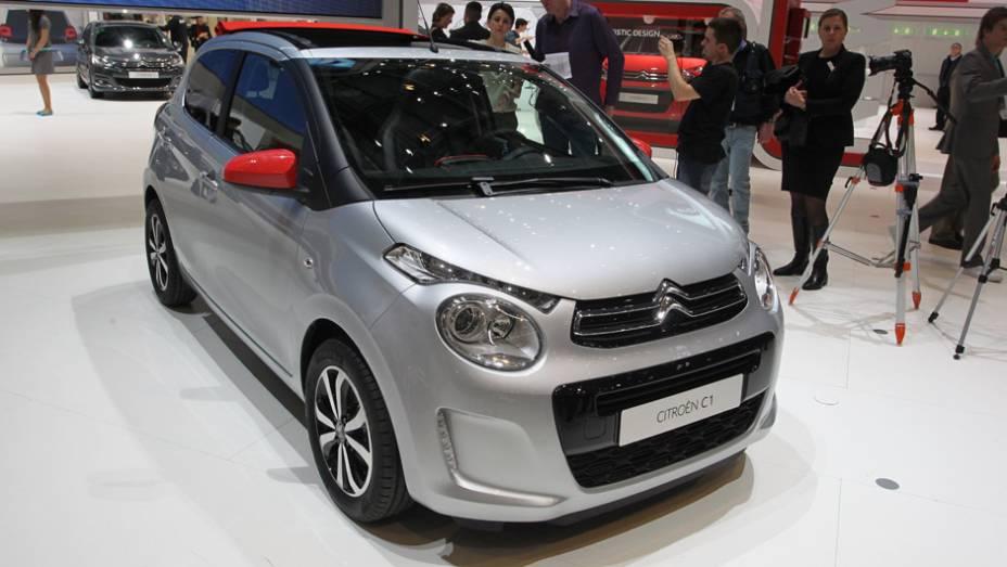 """Citroën C1   <a href=""""http://quatrorodas.abril.com.br/noticias/saloes/genebra-2014/citroen-mostra-novo-c1-774393.shtml"""" rel=""""migration"""">Leia mais</a>  <a href=""""http://quatrorodas.abril.com.br/galerias/saloes/genebra/2014/direto-genebra-parte-2-775719.shtml"""" rel=""""migration"""">Veja mais: Dire</a>"""