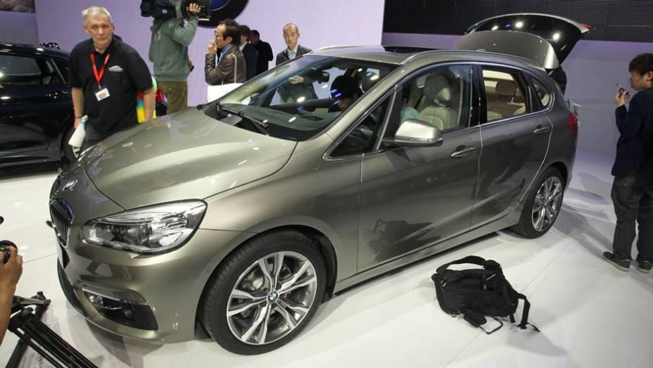 """BMW Série 2 Active Tourer   <a href=""""http://quatrorodas.abril.com.br/noticias/saloes/genebra-2014/bmw-mostra-serie-2-active-tourer-completo-773485.shtml"""" rel=""""migration"""">Leia mais</a>  <a href=""""http://quatrorodas.abril.com.br/galerias/saloes/genebra/2014/direto-genebra-par"""" rel=""""migration""""></a>"""