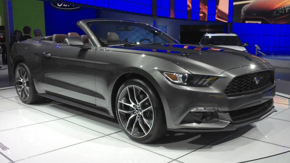 Mustang Cabriolet: ícone da indústria americana, o <em>pony-car</em> aparece na versão sem teto....