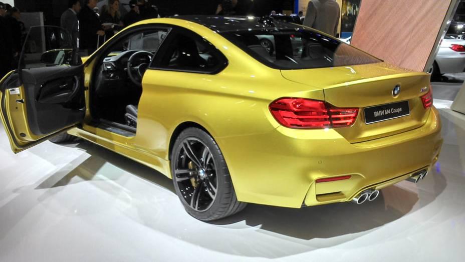 BMW M4 Coupé: embora tenha a mesma motorização do M3 Sedan, o cupê pode chegar aos 280 km/h se o dono optar pelo M Sports Package