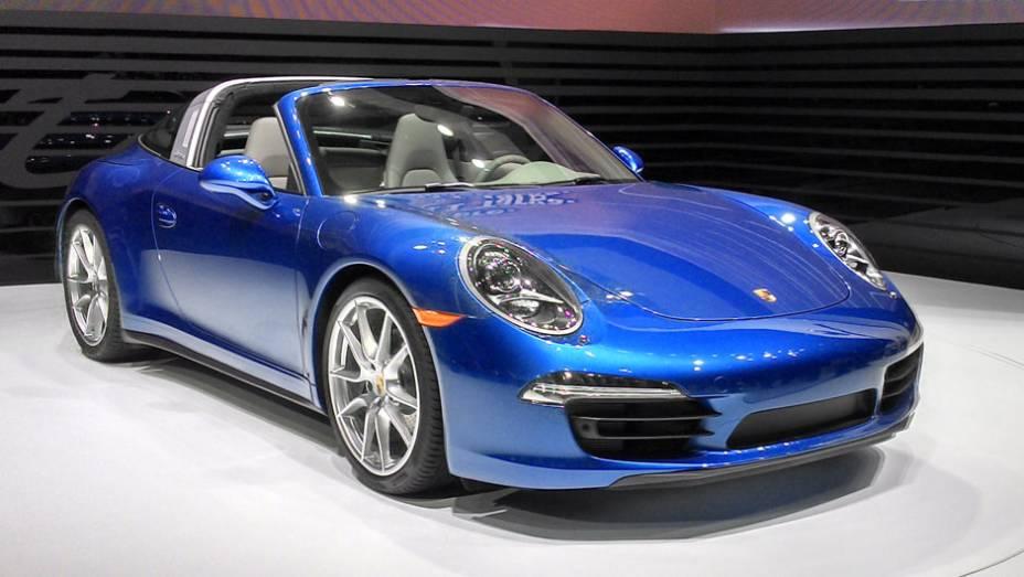 Porsche 911 Targa: lançamento mundial, a nova versão presta uma homenagem aos antigos Targa, que tinham a parte traseira feita toda de vidro