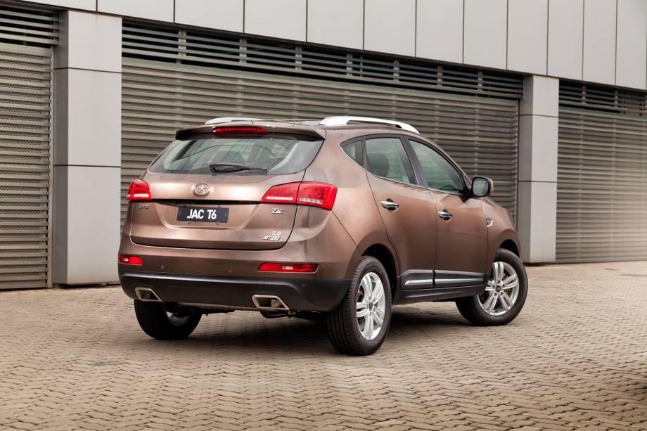 """<strong>JAC T6 –</strong> A JAC aproveitou a onda dos SUVs para lançar o T6 no Brasil. Assim como a maioria dos modelos chineses à venda por aqui, <a href=""""http://quatrorodas.abril.com.br/materia/jac-t6-854183/"""" rel=""""o utilitário chegou"""" target=""""_blank"""">chegou</a> apostando em bom custo-benefício frente à concorrência."""