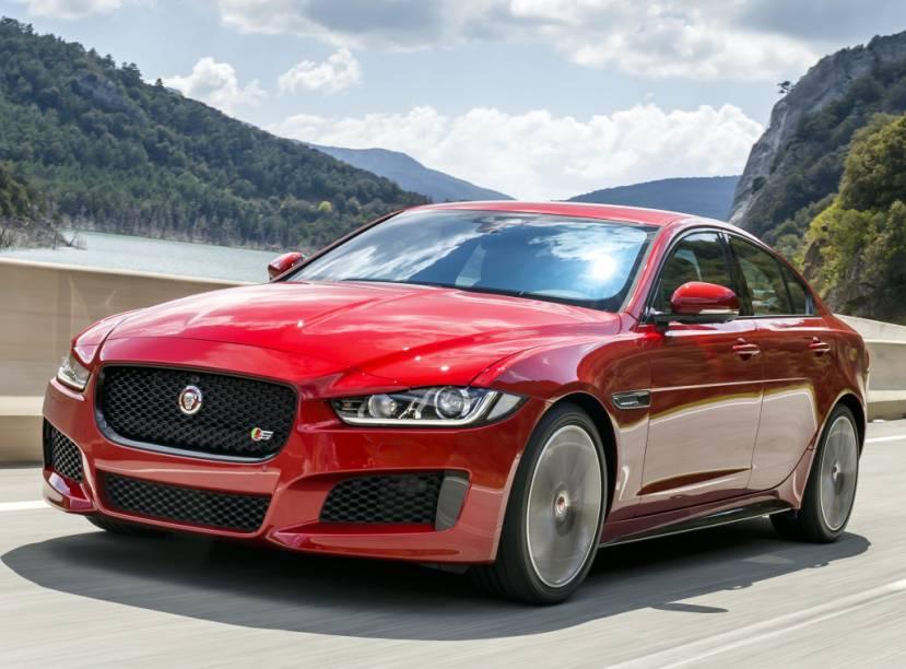 """<strong>Jaguar XE –</strong> O menor sedã da Jaguar <a href=""""http://quatrorodas.abril.com.br/materia/jaguar-xe-desembarca-brasil-r-169-900-896966/"""" rel=""""desembarcou oficialmente no Brasil"""" target=""""_blank"""">desembarcou oficialmente no Brasil</a> para brigar com BMW Série 3, Mercedes Classe C e Audi A4. O XE tem versões 2.0 turbo de 240 cv e V6 3.0 de 340 cv."""