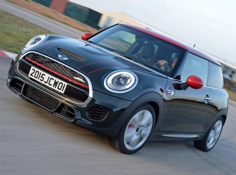 """<strong>Mini John Cooper Works</strong> – <a href=""""http://quatrorodas.abril.com.br/materia/mini-cooper-john-cooper-works-912980/"""" rel=""""A versão mais apimentada do hatch"""" target=""""_blank"""">A versão mais apimentada do hatch</a> mostrou aos brasileiros que não é esportivo apenas na aparência: o motor 2.0 turbo de 231 cv o leva de 0 a 100 km/h em 6,2 segundos."""