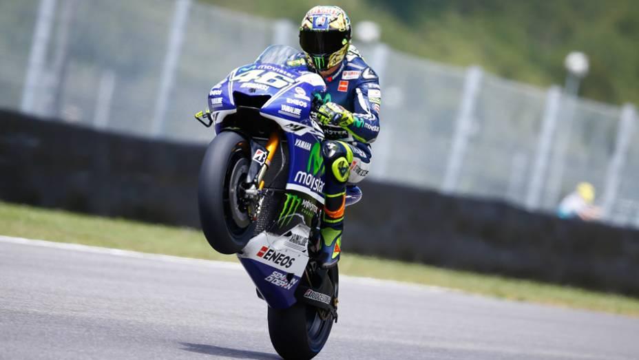 """Valentino Rossi empina sua Yamaha durante classificatório   <a href=""""http://quatrorodas.abril.com.br/moto/noticias/marc-marquez-mantem-regularidade-pole-mugello-784738.shtml"""" rel=""""migration"""">Leia mais</a>"""