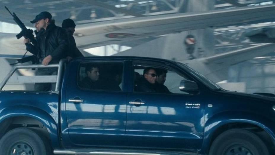 Jean-Claude van Damme é o vilão em Os Mercenários 2. Ele utiliza uma Toyota Hilux para fazer suas maldades.