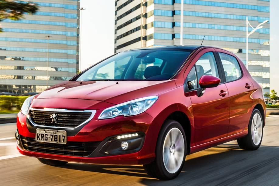 """<strong>Peugeot 308/408</strong> – Tanto <a href=""""http://quatrorodas.abril.com.br/materia/nova-geracao-peugeot-atualiza-visual-308-916560"""" rel=""""o hatch"""" target=""""_blank"""">o hatch</a>, quanto o sedã, adotaram o visual exclusivo para o Mercosul enquanto suas respectivas novas gerações não chegam por aqui. O câmbio manual de seis marchas é novo."""