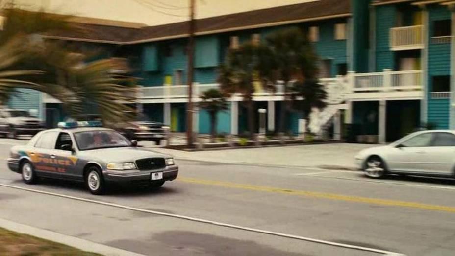 Piranha 3D é um daqueles filmes de terror que alguns amam e outros odeiam. Nele, o carro da polícia é o Ford Crown Victoria.