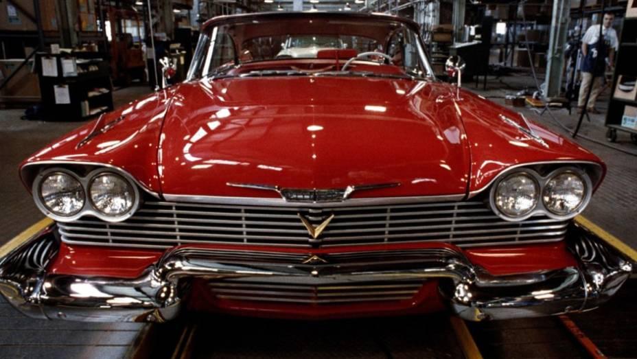 Christine, um Plymouth Fury 1958, tem uma natureza sádica e vingativa para com aqueles que decepcionam seu dono. Baseado em livro de Stephen King.