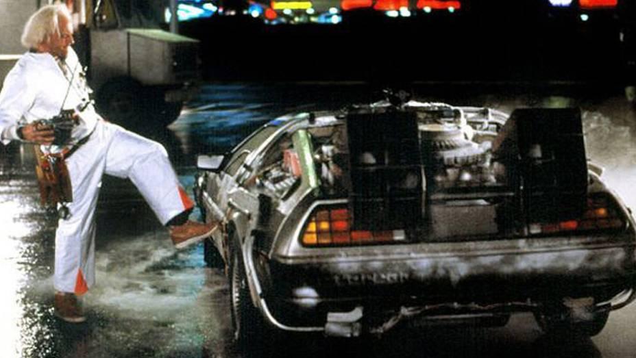 Máquina do tempo leva adolescente à época da adolescência de seus pais, nos anos 50. A máquina? Um DeLorean DMC-12 que, de fracasso da indústria, virou lenda de cinema.