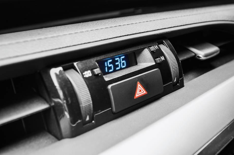 O relógio digital lembra o do velho Ford Del Rey