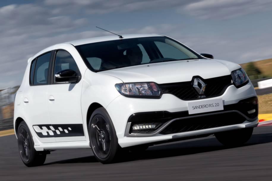 """<strong>Renault Sandero R.S.</strong> – Produzido no Brasil, o Sandero R.S. é o primeiro R.S. produzido fora da França. Com motor 2.0 de 150 cv e câmbio manual de seis marchas, <a href=""""http://quatrorodas.abril.com.br/materia/impressoes-ao-dirigir-sandero-r-s-903040"""" rel=""""o hatch conquistou credenciais de um esportivo"""" target=""""_blank"""">o hatch tem credenciais de um</a>hot hatch."""