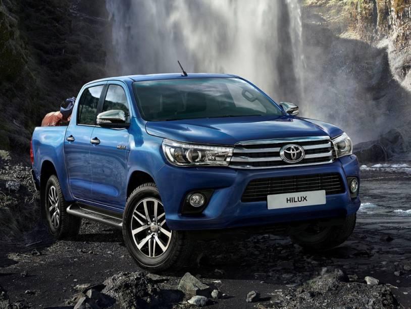 """<strong>Toyota Hilux</strong> – A oitava geração da Hilux <a href=""""http://quatrorodas.abril.com.br/materia/toyota-apresenta-nova-hilux-motor-3-0-turbodiesel-precos-comecam-r-114-860-918763/"""" rel=""""chegou ao Brasil"""" target=""""_blank"""">chegou ao Brasil</a>. Com visual mais moderno, a picape ganhou uma nova versão topo de linha, SRX. Há ainda um inédito motor 2.8 turbodiesel de 177 cv e 42,8 mkgf."""