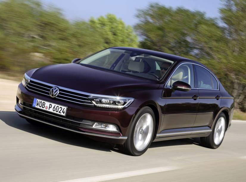 """<strong>Volkswagen Passat –</strong> O sedã <a href=""""http://quatrorodas.abril.com.br/materia/volkswagen-divulga-precos-passat-brasil-partir-r-144-500-923821"""" rel=""""acaba de desembarcar em sua nova geração"""" target=""""_blank"""">acaba de desembarcar em sua nova geração</a>. Apesar de manter seus traços típicos, o Passat inaugura uma série de novidades visuais tecnológicas na gama da marca."""