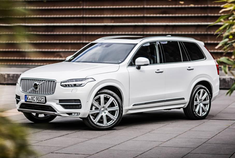 """<strong>Volvo XC90</strong> – Modelo mais caro da Volvo à venda, <a href=""""http://quatrorodas.abril.com.br/materia/volvo-xc90-906342/ """" rel=""""o XC90 chegou totalmente renovado em 2015"""" target=""""_blank"""">o XC90 chegou totalmente renovado em 2015</a>, estreando a nova identidade visual da marca. Debaixo do capô há um 2.0 turbo com 320 cv."""