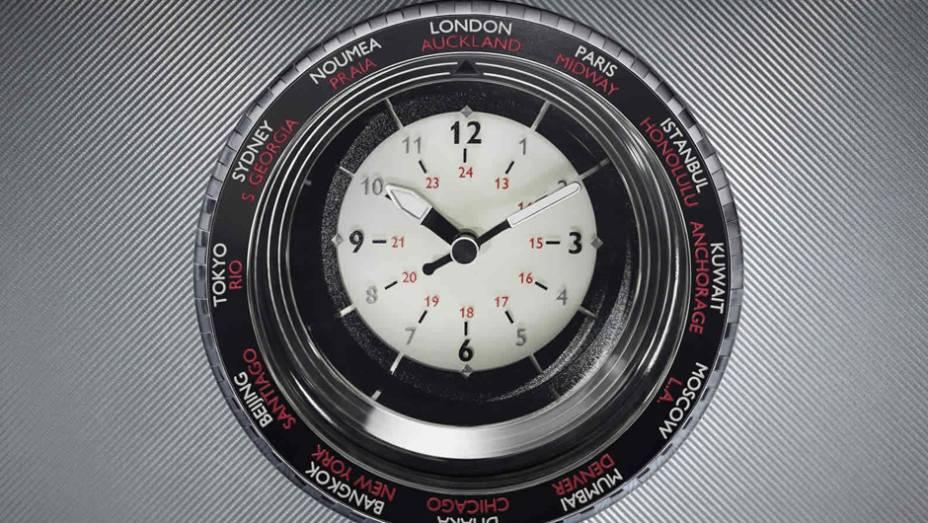 """Relógio no console central que marca a hora local de 24 cidades do planeta   <a href=""""http://quatrorodas.abril.com.br/noticias/saloes/paris-2014/rolls-royce-phantom-metropolitan-collection-apresentado-paris-803619.shtml"""" rel=""""migration"""">Leia mais</a>"""
