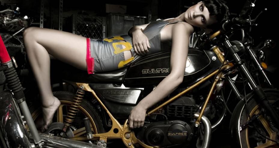 Ducati apresenta coleção da fotógrafa Elizabeth Raab reunindo nus e motos