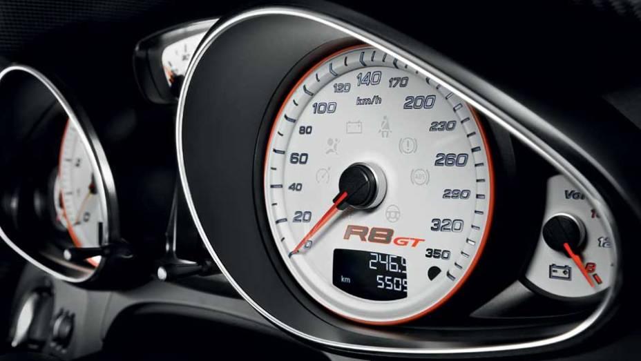 """A escala do velocímetro vai até 350 km/h, mas o R8 para nos 320 km/h. <a href=""""http://quatrorodas.abril.com.br/noticias/audi-lanca-seu-primeiro-carro-r-1-milhao-brasil-299224_p.shtml"""" rel=""""migration"""">Leia mais</a>"""