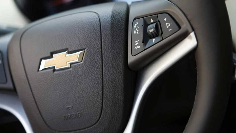 Volante conta com botões do rádio integrados