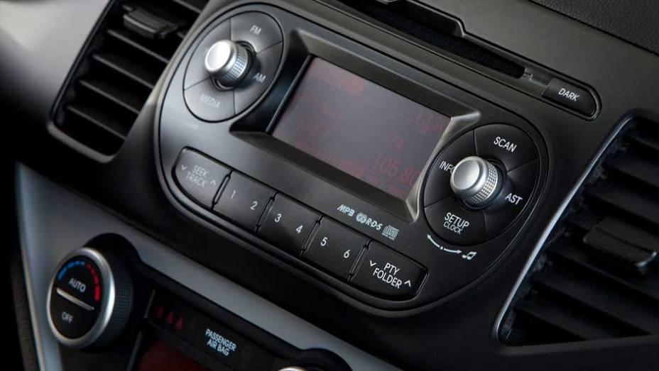 """O rádio lê arquivos em MP3 e entrada USB. <a href=""""http://quatrorodas.abril.com.br/carros/lancamentos/kia-picanto-637897.shtml"""" rel=""""migration"""">Leia mais</a>"""