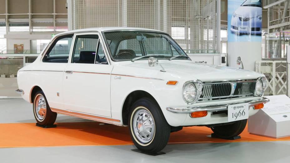 O Toyota completa 45 anos de história no mês de novembro de 2011. A primeira geração, de 66 a 70, introduziu recursos e equipamentos comparáveis aos encontrados em modelos mais sofisticados