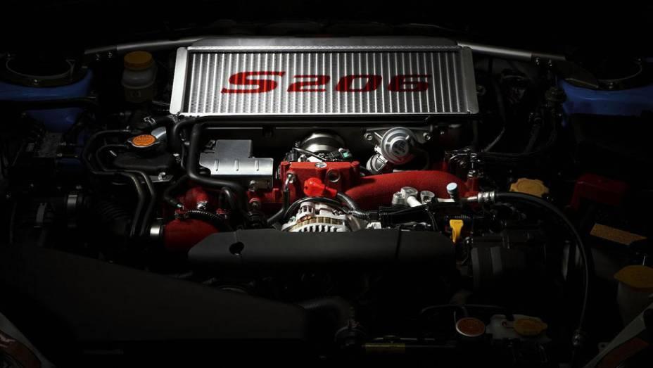 """O motor boxer tem 320 cv e torque máximo de 43,9 mkgf. Tá bom para você?   <a href=""""http://quatrorodas.abril.com.br/noticias/subaru-lanca-impreza-wrx-sti-s206-308224_p.shtml"""" rel=""""migration"""">Leia mais</a>"""