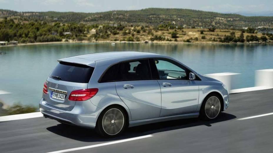 """O carro tem sistemas que estacionam o veículo e até acionam os freios automaticamente. <a href=""""http://quatrorodas.abril.com.br/carros/lancamentos/mercedes-benz-classe-b-637678.shtml"""" rel=""""migration"""">Leia mais</a>"""