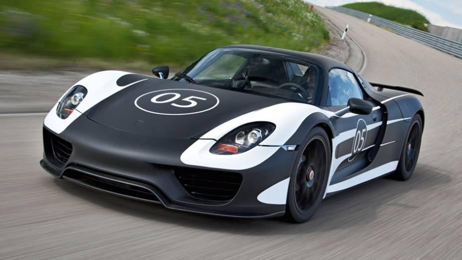 """A Porsche revelou nesta quinta-feira (16) as especificações técnicas definitivas do 918 Spyder   <a href=""""http://quatrorodas.abril.com.br/noticias/fabricantes/porsche-fornece-especificacoes-918-spyder-741568.shtml"""" rel=""""migration"""">Leia mais</a>"""