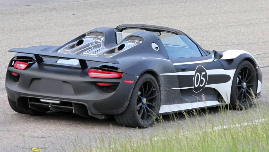 """Por sinal, o 918 Spyder tem dois motores elétricos: um no eixo traseiro, de 154 cavalos de potência, ligado ao motor a combustão, e um no eixo dianteiro (127 cv), independente   <a href=""""%20http://quatrorodas.abril.com.br/noticias/fabricantes/porsche-fornec"""" rel=""""migration""""></a>"""