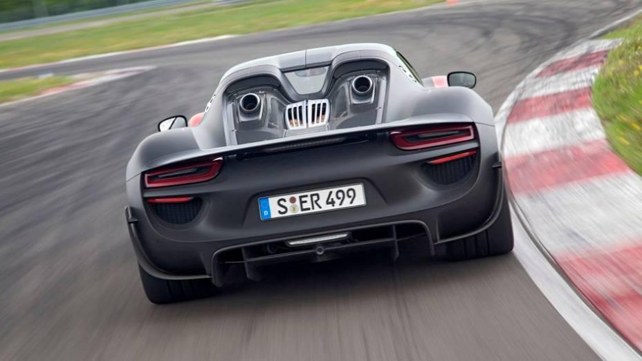 """Assim, o modelo chega à velocidade máxima de 340 km/h, acelerando de 0 a 100 km/h em 2,8 segundos e de 0 a 200 km/h em 7,9 segundos   <a href=""""%20http://quatrorodas.abril.com.br/noticias/fabricantes/porsche-fornece-especificacoes-918-spyder-741568.shtml"""" rel=""""migration"""">Le</a>"""