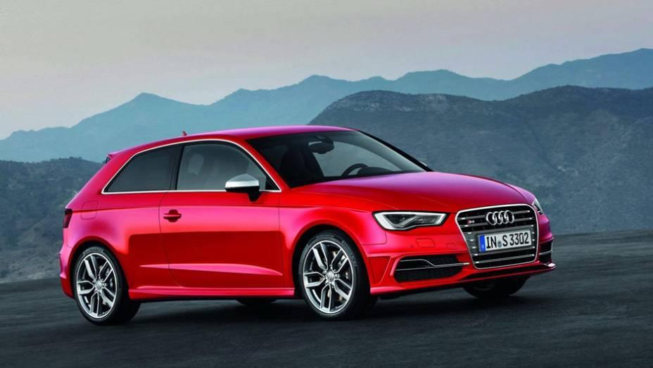 """Novo Audi S3 utiliza motor 2.0 com turbo, intercooler, injeção direta de combustível e gera 300 cv a 5.500 rpm e 38,6 mkgf de torque entre 1.800 rpm e 5.500 rpm   <a href=""""%20http://quatrorodas.abril.com.br/saloes/paris/2012/audi-s3-702744.shtml"""" rel=""""migration""""></a>"""