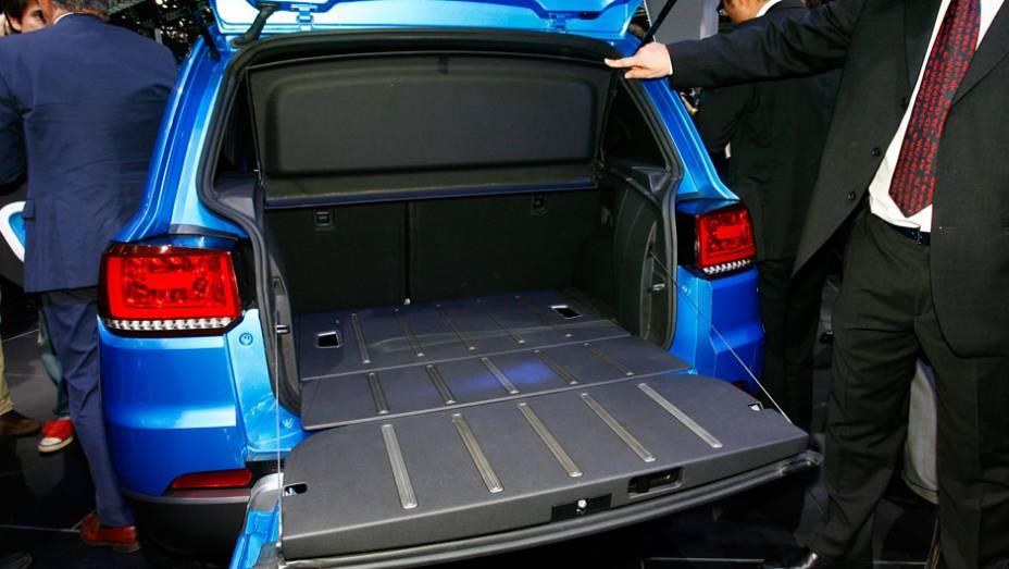 """Parte inferior do porta-malas do Taigun abre para baixo <a href=""""http://quatrorodas.abril.com.br/salao-do-automovel/2012/carros/taigun-708675.shtml"""" rel=""""migration"""">Leia mais</a>"""