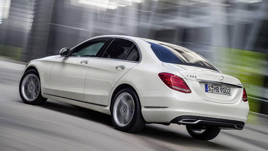 """O carro foi mostrado pelo CEO da Daimler AG, Dieter Zetsche, após uma breve apresentação da cantora Kelly Rowland   <a href=""""http://quatrorodas.abril.com.br/noticias/saloes/detroit-2014/mercedes-benz-apresenta-novo-classe-c-769335.shtml"""" rel=""""migration"""">Leia mais</a>"""
